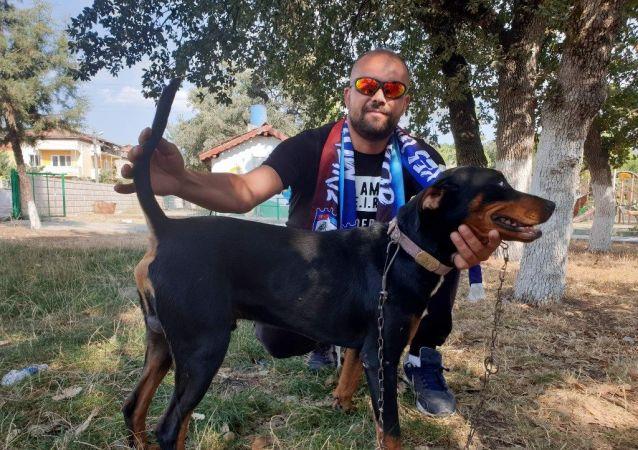 Orhaneli ilçesinde bir futbolcu, Kütahya'da amatör kümede mücadele eden Muratlıspor'a av köpeği karşılığında transfer oldu.