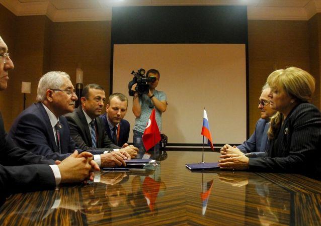 """YSK Başkanı Sadi Güven ve Rusya Merkez Seçim Komisyonu Başkanı Ella Pamfilova """"Türkiye Cumhuriyeti Yüksek Seçim Kurulu ile Rusya Federasyonu Merkez Seçim Komisyonu arasında karşılıklı iş birliğini geliştirmeye yönelik ortak protokolü imzaladı."""
