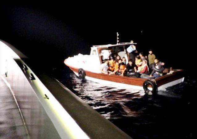 Balıkesir'in Ayvalık ilçesinde, yasa dışı yollarla Yunanistan'ın Midilli Adası'na gitmek isteyen 25 düzensiz göçmen yakalandı.