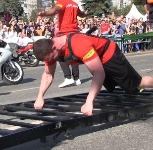 Rus pehlivan 30 tonluk karayolu trenini çekti