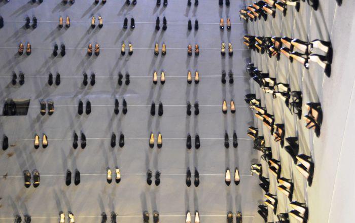 Kabataş'ta kadın cinayetlerine dikkat çekmek için 440 topuklu ayakkabıyı duvarda sergilendi