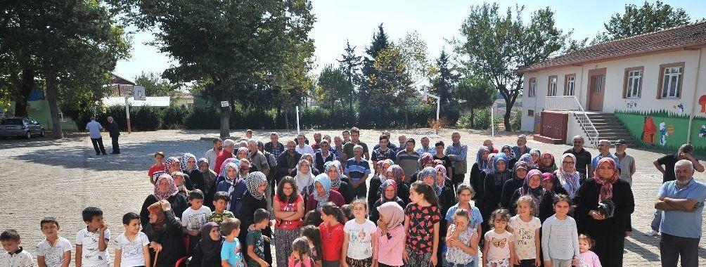 Okullarının yeniden açılması için eylem yapan öğrenci ve veliler, bahçede sıraya girerek İstiklal Marşı okuyup tepkilerini gösterdi.