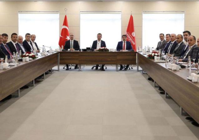 İstanbul'un 37 ilçe belediye başkanı, İBB Başkanı Ekrem İmamoğlu'nun çağrısıyla, Yenikapı'daki Avrasya Gösteri Merkezi'nde bir araya geldi.