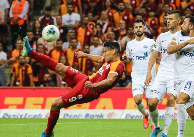 Galatasaray, Süper Lig'in 4. hafta maçında Kasımpaşa ile Türk Telekom Arena'da karşılaştı. Bir pozisyonda Galatasaraylı oyuncu Radamel Falcao (9), rakibi Abdul Rahman Khalili (21) ile mücadele etti.