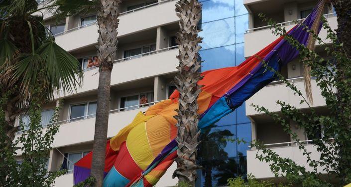 Rus turistler halatı kopan deniz paraşütüyle palmiyeye çarptılar