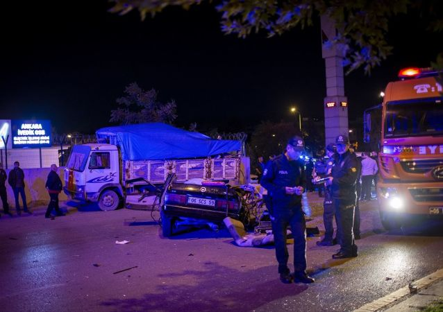 Polislerin, Melih Gökçek Bulvarı'nda, drift yaptığı gerekçesiyle kovaladığı bir otomobilin, park halindeki kamyonete çarpması sonucu meydana gelen kazada 2 kişi hayatını kaybetti.