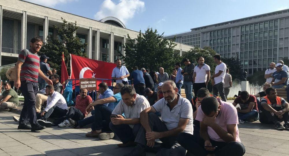 İstanbul Büyükşehir Belediyesi (İBB) iştiraklerinden İSPARK, İSTAÇ, BELTUR, BELBİM, Medya AŞ, İSFALT ve İSTGÜVEN şirketlerinde iş akitleri feshedilen işçiler, belediye önündeki eylemlerine devam ediyor. Belediyenin Sarahçahane'deki binası önünde 28 Ağustos'ta eyleme başlayan işçiler, 18'inci gününde de iş akitlerinin feshedilmesini protesto etti.