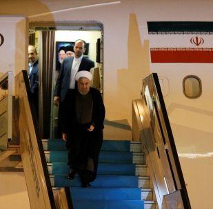 İran Cumhurbaşkanı Hasan Ruhani, Cumhurbaşkanı Recep Tayyip Erdoğan'ın ev sahipliğinde yarın düzenlenecek Türkiye-Rusya Federasyonu-İran Üçlü Zirvesine katılmak üzere Ankara'ya geldi. İran Cumhurbaşkanı Ruhani ve beraberindeki heyeti Ankara'ya getiren uçak, saat 20.40'ta Esenboğa Havalimanı'na indi.
