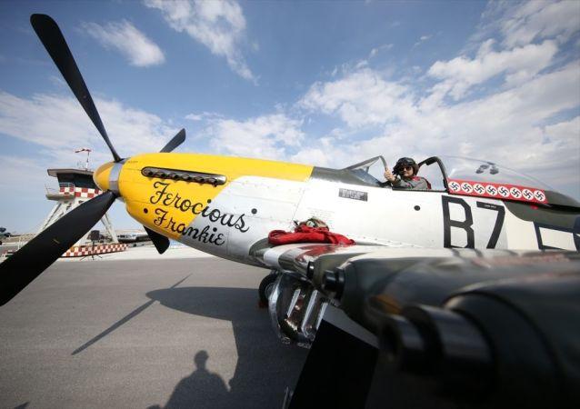 """Tarım ve Orman Bakanı Bekir Pakdemirli, 4'üncüsü düzenlenen """"Sivrihisar Hava Gösteri 2019"""" etkinliğinde pilotluğunu Lee Proudfoot'un yaptığı Ferocious Frankie isimli P-51D Mustang model özel gösteri uçağıyla Türk havacılığına destek vermek amacıyla uçuş yaptı."""