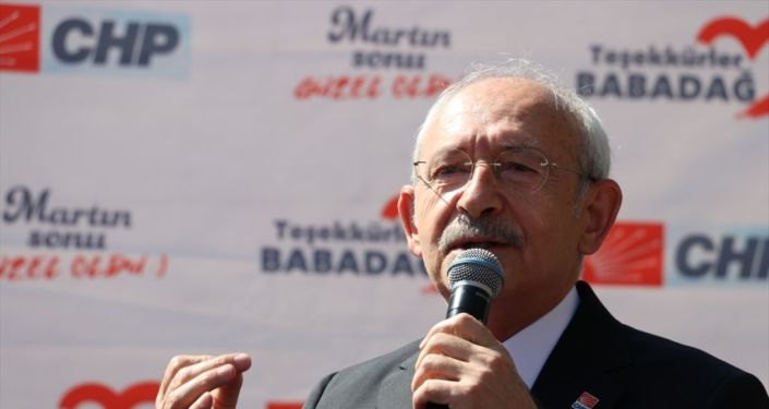 CHP Genel Başkanı Kemal Kılıçdaroğlu Badadağ Belediye Başkanı Ali Atlı'yı makamında ziyaret etti. Kılıçdaroğlu, kendisini karşılayanlarla selamlaştı.