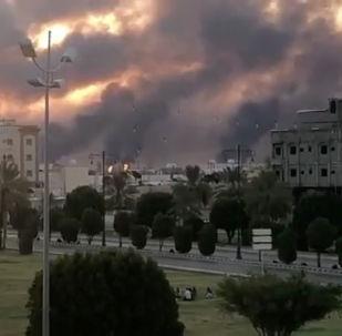 Suudi petrol devi Aramco'nun Abkayk tesisinden yükselen dumanlar