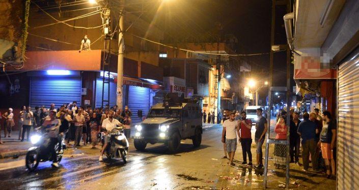Adana'da 11 yaşındaki erkek çocuğuna taciz iddiasının ardından sosyal medya paylaşımlarıyla halkı galeyana getirip, yabancı uyruklu kişilerin işyerleri ve evlerine zarar verilmesine neden olduğu öne sürülen kişilere yönelik operasyon düzenlendi. Operasyonda, 5'i kadın, 40 kişi gözaltına alındı.