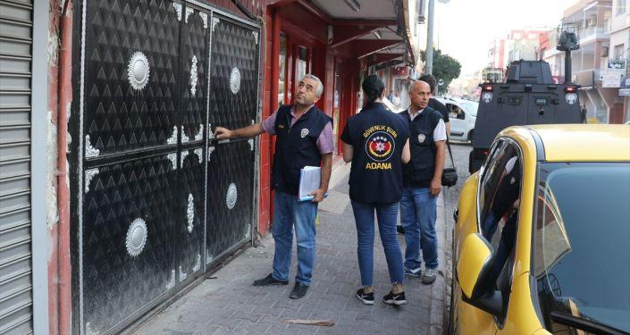Adana'da yabancı uyruklu kişilerin işyerleri ve evlerine zarar verilmesine neden olduğu öne sürülen kişilere yönelik asayiş operasyonu