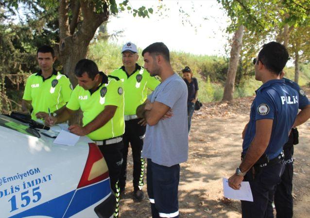 Adana'da, daha önce alkollü araç kullandığı gerekçesiyle ehliyetine el konulan kişi, firari bir cinayet zanlısı adına düzenlenmiş sahte sürücü belgesiyle yakalandı.