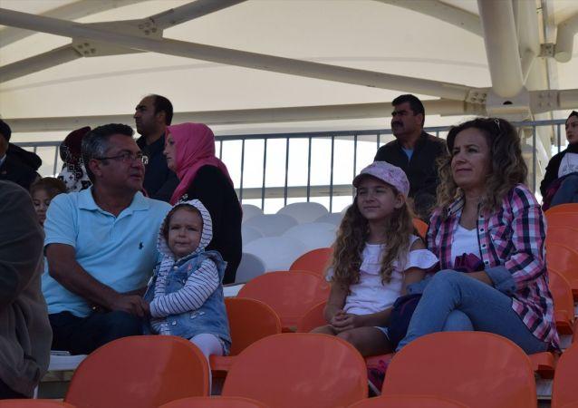 Bilecik'te amatör ligdeoynananBilecikspor-1299 Bilecik Kulübü maçını, alınan karar gereği yanında eşi veya kadın arkadaşı olmayan erkek taraftarlar izleyemedi.