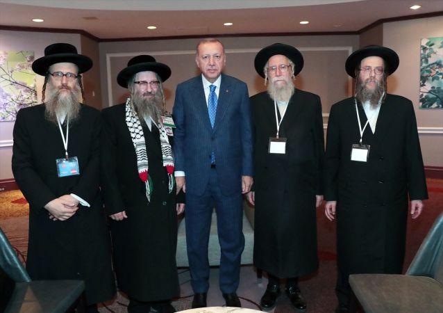 Türkiye Cumhurbaşkanı Recep Tayyip Erdoğan, ABD'nin New York kentinde Siyonizme Karşı Yahudiler Birliği Heyetini kabul etti.