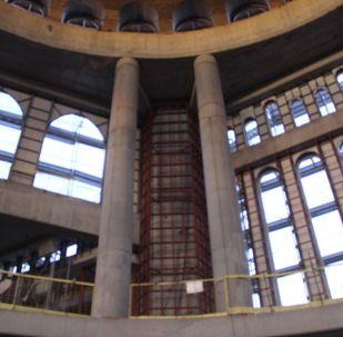 Taksim Camii'nin inşaatına İstanbul 2 Numaralı Kültür Varlıkları Koruma Kurulu'nun onay vermesinin ardından Vakıflar Bölge Müdürlüğü'ne ait arazide 17 Şubat 2017'de başlanmıştı. Mimarlığını Cumhurbaşkanlığı Külliyesi'nin mimarı Şefik Birkiye ile Selim Dalaman'ın yaptığı caminin içi ilk kez görüntülendi. Görüntülerde caminin içine ince işçiliği öncesi mermer gibi birçok malzemenin getirildiği görüldü.