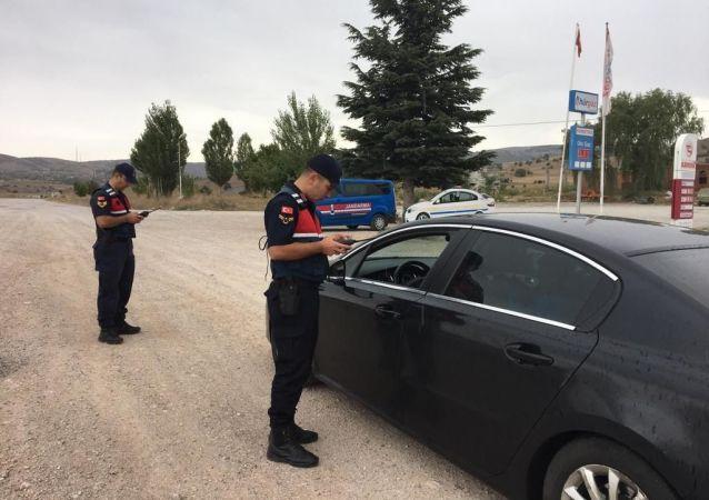 İçişleri Bakanlığı tarafından ülke genelinde eş zamanlı 'Dumansız Araç Uygulaması 2019-1' yapıldı. Uygulamada, 5 bin 63 araç sürücüsüne sigara kullanmaktan dolayı cezai işlem uygulandı.