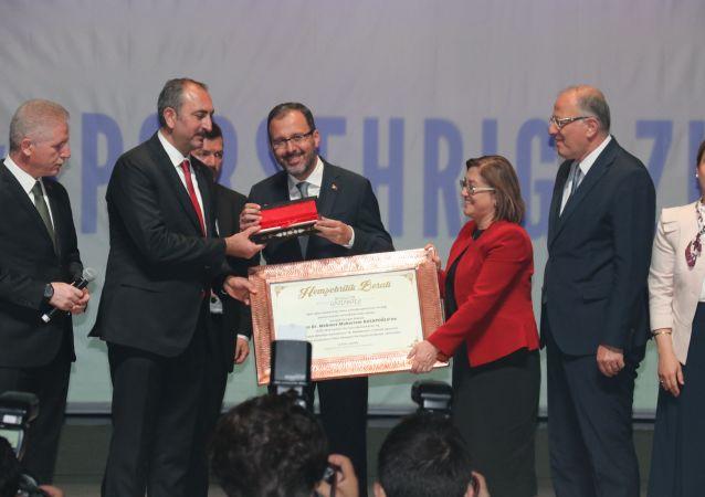 Adalet Bakanı Abdulhamit Gül ve Gençlik ve Spor Bakanı Mehmet Muharrem Kasapoğlu, yaz okulları kapanış törenine katıldı.