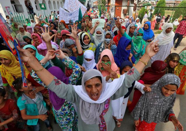 Hindistan'ın Cammu Keşmir eyaletinin başkenti Srinagar'da, Pakistan Başbakanı İmran Han'ın Birleşmiş Milletler (BM) Genel Kurulu'ndaki konuşmasının ardından,son 24 saatte23 sokak gösterisi düzenlendiği bildirildi.