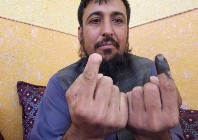 Afganistan cumhurbaşkanlığı seçimlerinde oy kullanan Safiullah Safi isimli seçmen