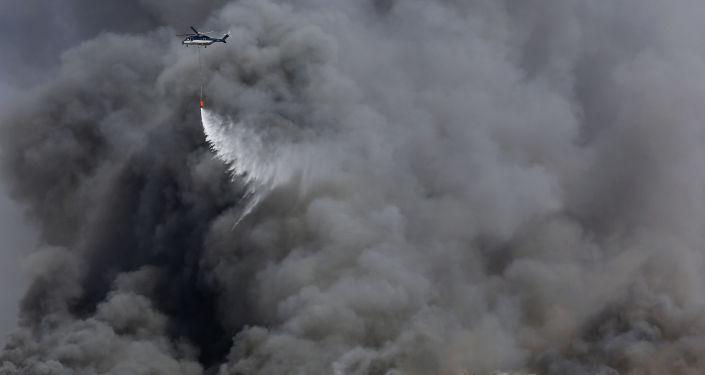 Suudi Arabistan'ın Cidde şehrindeki Haremeyn Hızlı Tren İstasyonu'nda çıkan yangına itfaiye araçları ve helikopterlerle müdahale ediliyor.