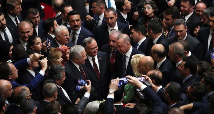 Cumhurbaşkanı Recep Tayyip Erdoğan, 27. Dönem 3. Yasama Yılı'nın açılışı dolayısıyla TBMM'de verilen resepsiyona katıldı.