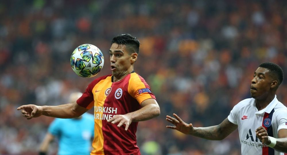 Galatasaray, UEFA Şampiyonlar Ligi A Grubu'nda, Fransa'nın Paris Saint-German ile Türk Telekom Stadı'nda karşılaştı. Bir pozisyonda Galatasaraylı oyuncu Falcao (9), Paris Saint-German oyuncusu Presnel Kimpembe (3) ile mücadele etti.