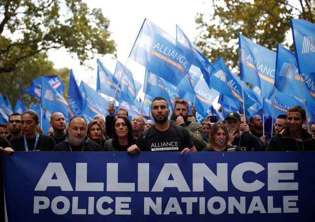 Paris'te polisler gösteri düzenledi