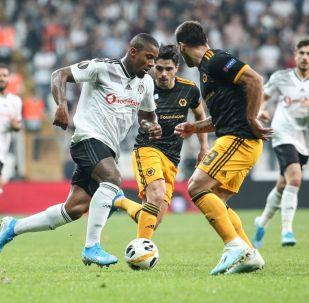 UEFA Avrupa Ligi K Grubu'nda Beşiktaş ile İngiltere'nin Wolverhampton Wanderers takımı Vodafone Park'ta karşılaştı. Bir pozisyonda Beşiktaşlı Lens (solda) ile Wolverhampton oyuncusu Jonny (19) mücadele etti.