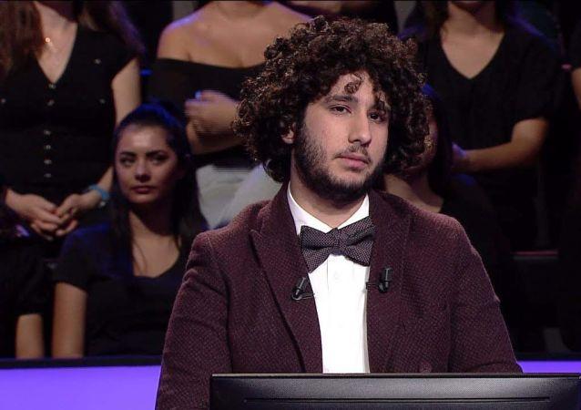 'Kim Milyoner Olmak İster' yarışmasında 1 milyon TL'lik soruyu doğru yanıtlayan Arda Ayten ödülü kazandı