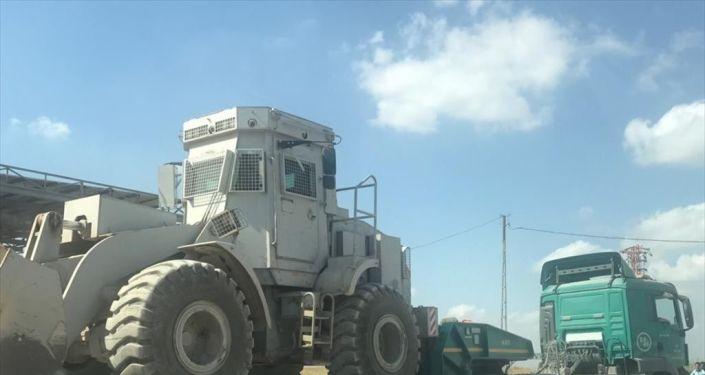 Türk Silahlı Kuvvetleri (TSK) tarafından Suriye sınırındaki askeri birliklere zırhlı iş makinesi takviyesi yapıldı.