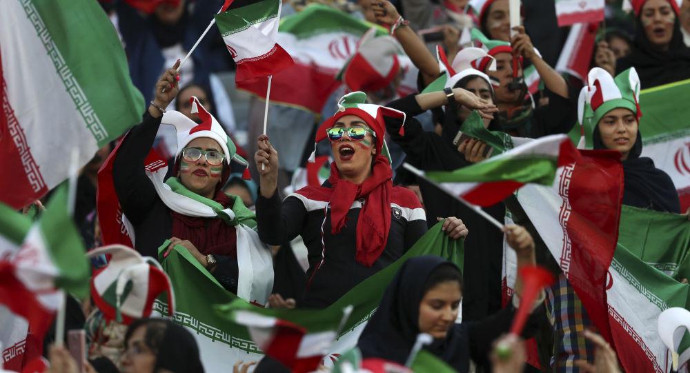 İranlı kadın taraftarlar 40 yıllık bir aranın ardından ilk kez bir futbol maçını izlemek için tribüne geldi.