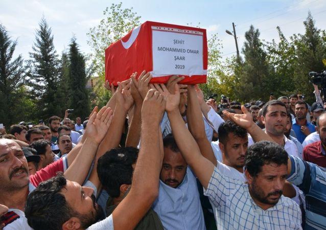 Şanlıurfa'nın Akçakale ilçesine YPG tarafından düzenlenen havanlı ve roketatarlı saldırılarda hayatını kaybeden Suriye uyruklu 9 aylık Muhammed Omar gözyaşları arasında toprağa verildi.