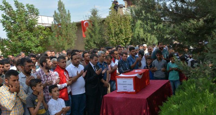 Cenaze törenine Muhammed Omar'ın yakınları, Akçakale Kaymakamı Hamza Özer, Harran Kaymakamı Ömer Faruk Çelik, Akçakale Belediye Başkanı Mehmet Yalçınkaya ile çok sayıda vatandaş katıldı.