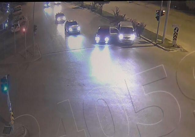Drift yapan sürücü kovalamacada polis arabasına çarptı