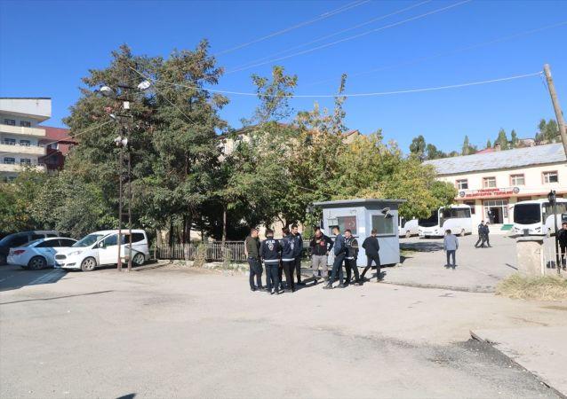 HDP'li Hakkari Belediye Başkanı Cihan Karaman, Yüksekova Belediye Başkanı Remziye Yaşar ve Belediye Meclis Üyesi İrfan Sarı, haklarında yürütülen terör soruşturması kapsamında gözaltına alındı. Emniyet müdürlüğü ekipleri, Hakkari ve Yüksekova belediyesi (fotoğrafta) çevresinde geniş güvenlik önlemi alarak içeride arama yaptı. Bazı doküman ve malzemelere el konuldu.