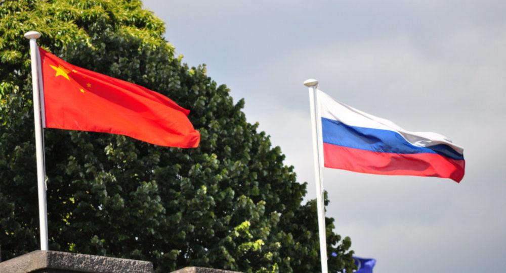 Rusya ile Çin bayrakları