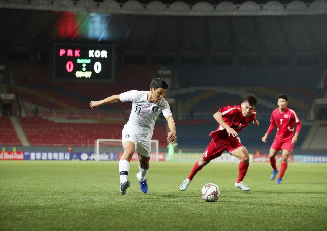 15 Ekim 2019'da Pyongyang'ın Kim Il Sung Stadyumu'nda oynanan Kuzey ile Güney Kore arasındaki maçta Güneyli Hwang Hee-chan topla hücumda