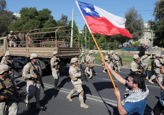 Şili'nin başkenti Santiago'da başlayan ve şiddet olaylarına dönüşerek ülkeye son yılların en zor dönemini yaşatan protestolar, hükümetin geri adım atmasına rağmen durulmuyor.