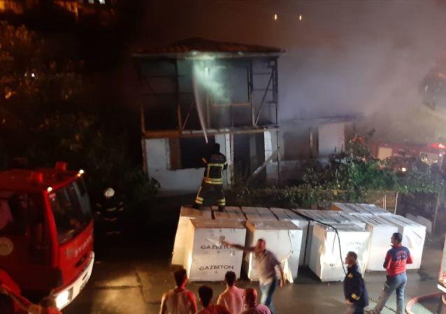 Kocaeli'nin Gebze ilçesinde gelinini darbettiği öne sürülen ve uzaklaştırma cezası alan kayınpeder, gelininin evini yaktı