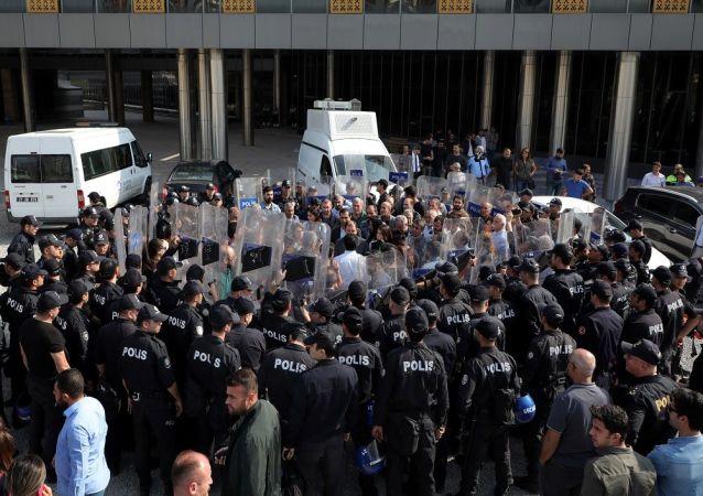 Diyarbakır'da HDP'li milletvekillerinin açıklamasına kalkanlı engel