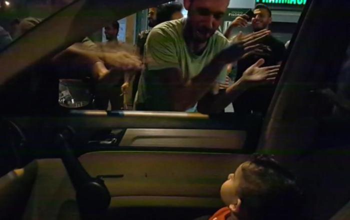 Lübnanlı eylemciler, gürültüden korkan çocuğa 'Baby Shark' şarkısını söyledi: Eve döndüğümüzde gülüyordu