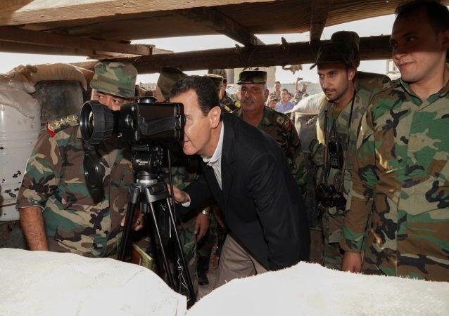 Suriye Devlet Başkanı Beşar Esad, İdlib vilayetinin güney kırsalında yer alan Hubeyt kasabasında Suriye ordusu askerleriyle bir araya geldi.