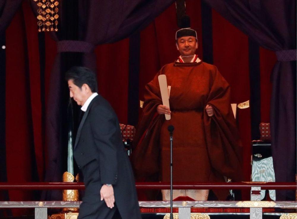 126. Japon İmparatoru Naruhito (arkada) başkent Tokyo'da İmparatorluk Sarayı'nda düzenlenen geleneksel bir törenle ülkede 'kasımpatı' adı verilen imparatorluk tahtı 'Takamikura'ya çıktı. Törene, Japonya Başbakanı Şinzo Abe (önde) de katıldı.