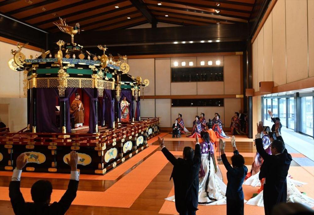 Naruhito, törende 'Korozen no go ho' adı verilen ve 9. yüzyılda imparatorların giydiği kahverengi tonlarında kuşaklı geleneksel bir elbise giydi.