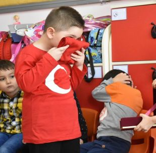 Proje kapsamında üzerinde 'En güzel emanetim' yazılı kutular içerisine konulan Türk bayrakları her gün bir öğrenciye emanet edilerek çocuklara vatan, millet ve bayrak sevgisi aşılanıyor.