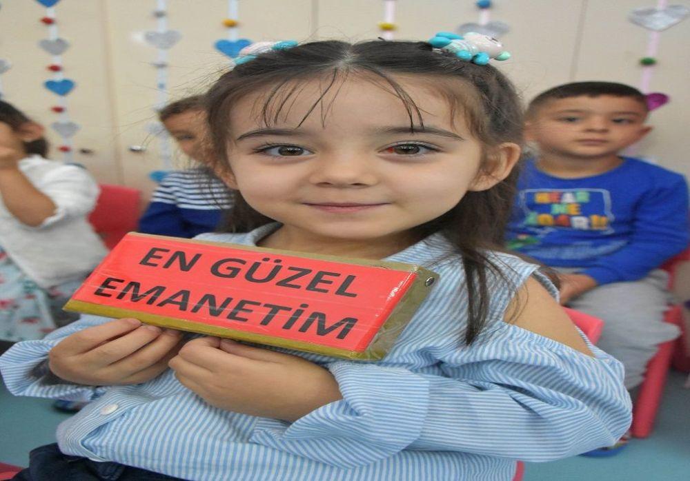 Ahmet ve Burçin Kırkaç çiftinin 2 çocuğundan en büyüğü olan 4 yaşındaki Çağan Kırkaç, bayrağı sınıf arkadaşı Elif Ada Kurt'tan teslim aldı.