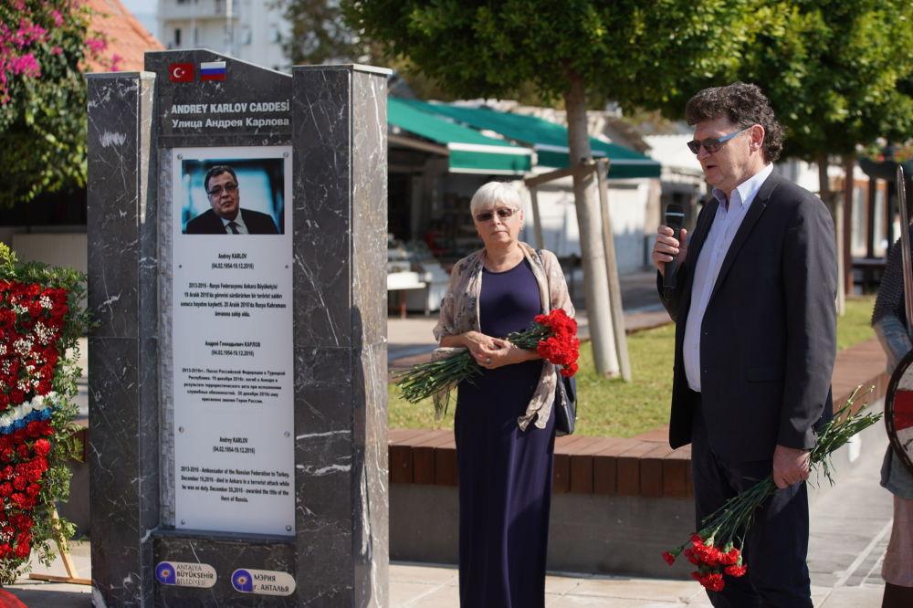 Demre'de Andrey Karlov'un anısına düzenlenen  törene katılan  Karlov'un eşi Marina Karlova.