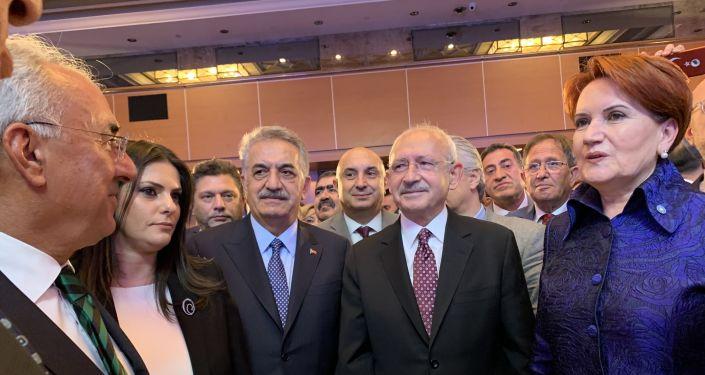 İYİ Parti Genel Başkanı Meral Akşener, partisinin kuruluş yıldönümü resepsiyonuna katılan AK Partili Hayati Yazıcı ve CHP lideri Kemal Kılıçdaroğlu ile resim verdi.